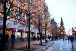 Обои Новогодние украшения на деревьях и елка на улице Москвы, Россия, by Anna Salynskaya
