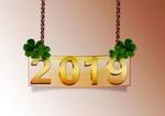 Обои Табличка на цепочке с цифрами 2019, украшенная четырехлиственным клевером на счастье, by Emma Grau