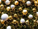 Обои Елочные игрушки - шары на фоне огоньков гирлянд, новогодняя композиция, by Gerhard Gellinger