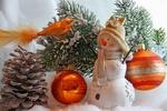 Обои Снеговик, шишка, елочные игрушки, птичка на ветке, снег, новогодняя композиция