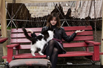 Обои Jenna Coleman / Дженна Коулман с котом на скамейке