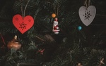 Обои Декоративные сердечки и другие игрушки на елке