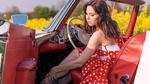 Обои Девушка за рулем ретро автомобиля