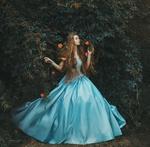 Обои Модель Натали в длинном голубом платье стоит у куста с розами, by Marketa Novak / Маркета Новак