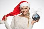 Обои Блондинка с косой и шаром на новый год