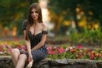 Обои Модель Настя с мороженым сидит на клумбе с цветами, фотограф Виктор Ключников