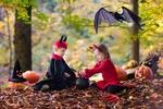 Обои Девочка с мальчиком играют в Hellouin, by famveldman