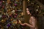 Обои Девушка в блестящем платье стоит у новогодней елки, by Afishera