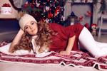 Обои Девушка в белой шапочке лежит у новогодней елки