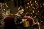 Обои Брюнетка с подарком у новогодней елки, by Afishera