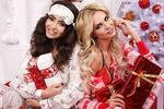 Обои Блондинка с брюнеткой у новогодней елки