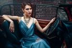 Обои Девушка в голубом платье сидит в авто. Фотограф Maks Kuzin