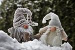 Обои Два гнома сидят на снегу на размытом фоне, автор pasja1000-Julita