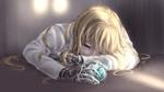 Обои Грустная Violet Evergarden / Вайолет Эвергардэн с брошью в руке из аниме Violet Evergarden
