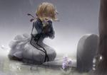Обои Плачущая Violet Evergarden / Вайолет Эвергардэн сидит на коленях на могиле под дождем из аниме Violet Evergarden