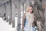 Обои Блондинка Lara Sargent стоит у дерева в зимнем городском парке
