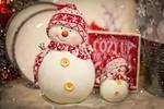 Обои Новогодние снеговики сувениры в шапочках и шарфах