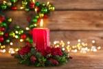 Обои Горящая красная свеча в венке из еловых веток и шишек на деревянной поверхности