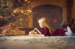 Обои Девочка разворачивает новогодний подарок
