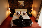 Обои Модель Елена в шикарном платье на кровати, фотограф Ann Nevreva