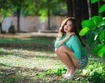Обои Азиатка в юбке сидит у дерева. Фотограф Luke Luo