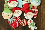 Обои Глазированные печеньки в новогодней тематике на деревянной поверхности
