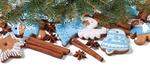 Обои Глазированные печеньки в новогодней тематике, корица, анис и еловые ветки на белой поверхности