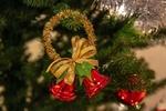 Обои Два колокольчика с мишурой и золотым бантом висят на елке, автор Jukka Virtamo