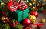 Обои Новогодний подарок, шары и елочные ветки