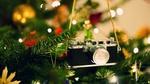 Обои Фотоаппарат висит на ветке новогодней елки