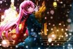 Обои Vocaloid Megurine Luka / Вокалоид Мегуринэ Лука несет пакет с продуктами на фоне падающего снега и украшенной на улице елки