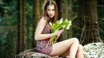 Обои Девушка с белыми тюльпанами сидит у леса