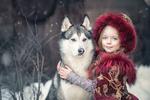 Обои Девочка в наряде княжны обнимает хаски, фотограф Yaroslava Gromova
