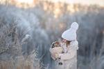 Обои Девочка стоит зимой, у края оврага с рыженьким котенком в вязанной сетке на руках, фотограф Елена Миронова