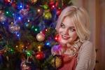 Обои Блондинка у новогодней елки