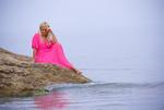 Обои Девушка в розовом платье на берегу моря