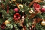Обои Новогодние игрушки на ветвях ели