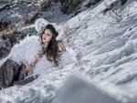 Обои Девушка с рогами лежит на снегу