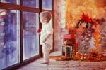 Обои Маленький мальчик у французского окна рядом с новогодними предметами интерьера, (с новым годом!), фотограф Елена Горячева