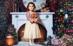 Обои Девочка у камина в комнате украшенной к новому году, фотограф Сергей Майбога