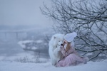 Обои Девочка и самоедская лайка сидят на снегу, фотограф Елена Миронова