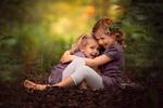 Обои Девочки обнимают друг друга