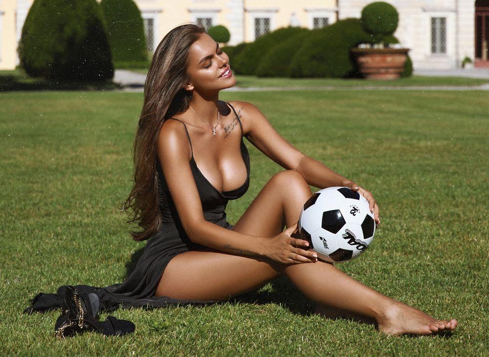 Обои для рабочего стола Виктория Одинцова позирует на поле с мячем, фотограф Mavrin