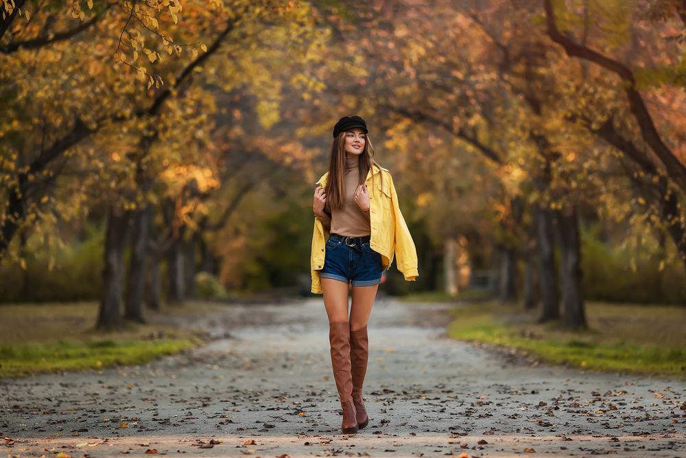 Обои для рабочего стола Модель Ксения идет по дороге с осенними листьями. Фотограф Бармина Анастасия