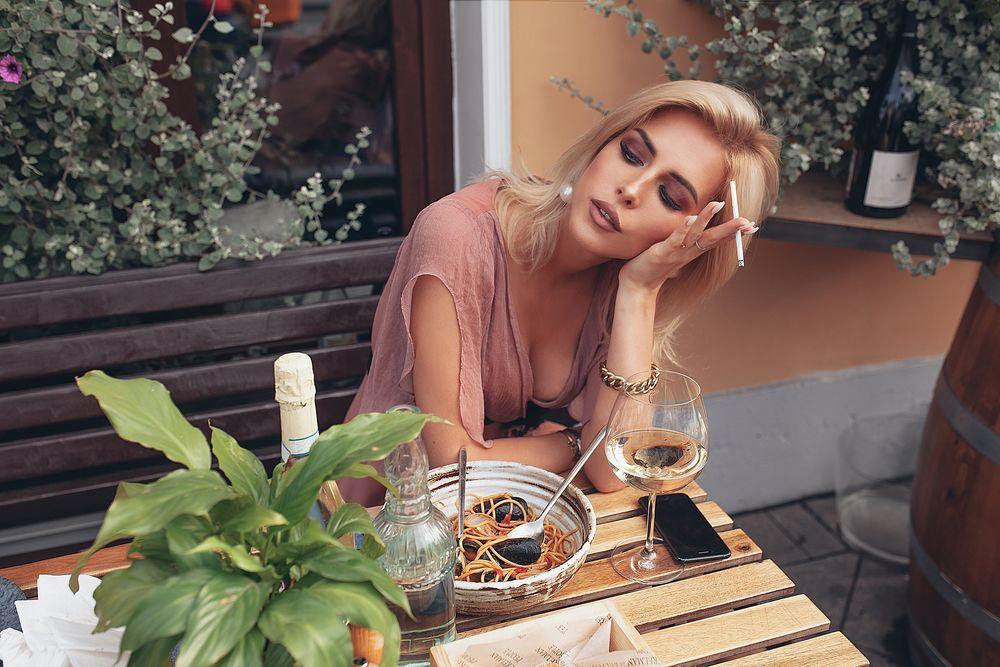 Обои для рабочего стола Оксана Стрельцова позирует за столом с бокалом вина, фотограф Roma R