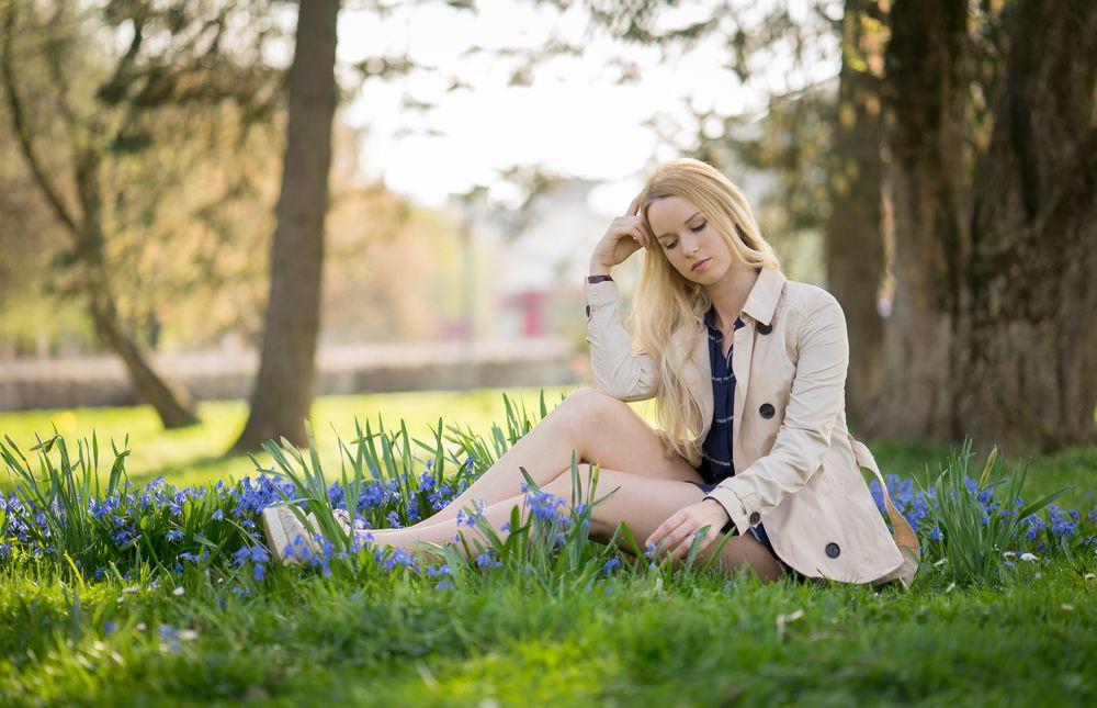Обои для рабочего стола Девушка сидит на траве с цветами