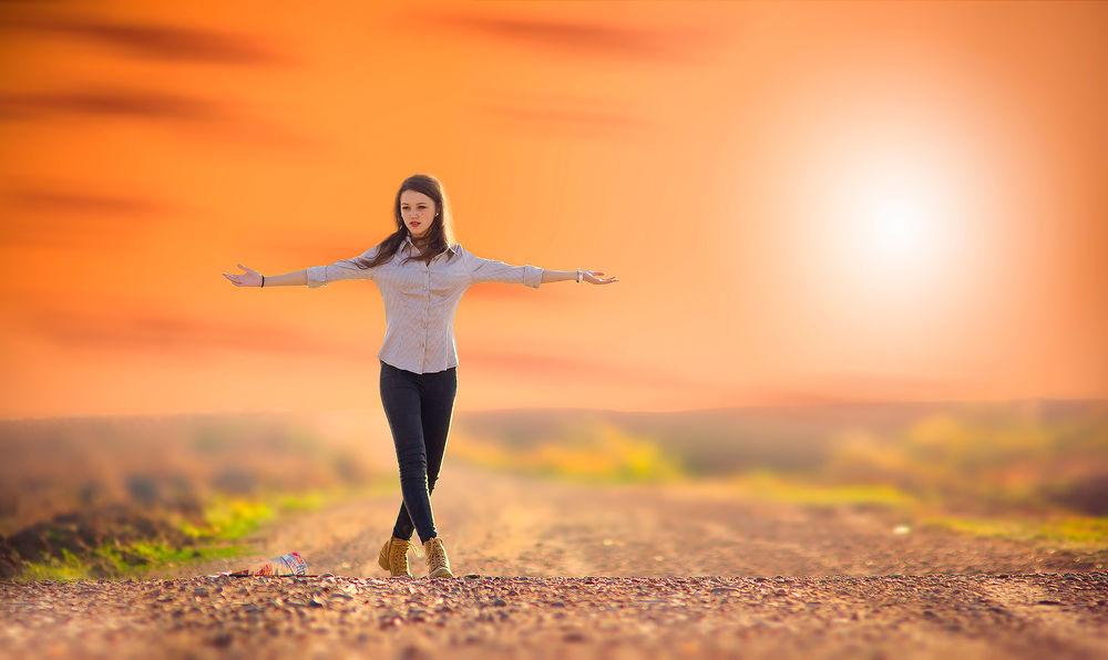 Обои для рабочего стола Девушка позирует у дороги на закате солнца