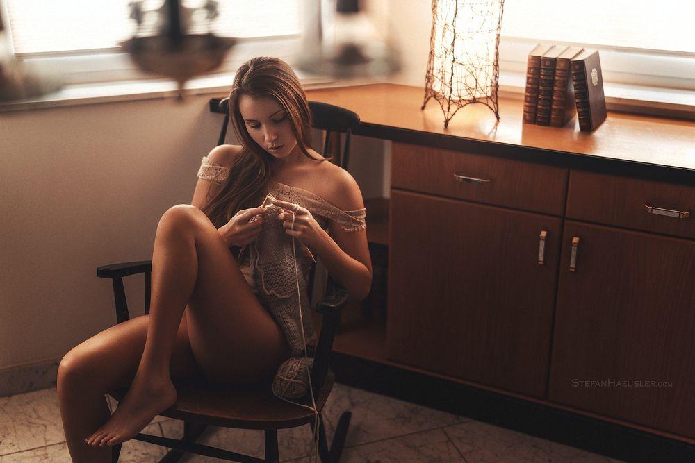 Обои для рабочего стола Модель Viktoria Stephanie вяжет сидя на стуле, фотограф Stefan Hausler