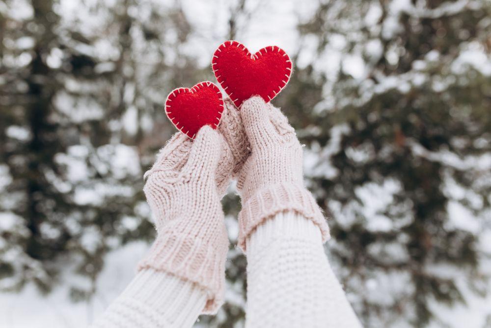 Обои для рабочего стола Две руки в варежках держат сшитые сердечки