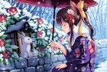 Обои Красивая девочка в юкате и с зонтом в руке остановилась около цветочной клумбы, припорошенной снегом, чтобы посмотреть на крольчиху с крольчонком